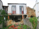 Residences in disrepair in Chelo, Lorvão