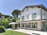 Villa with swimming pool for sale in Forte dei Marmi just 850 meters from the sea