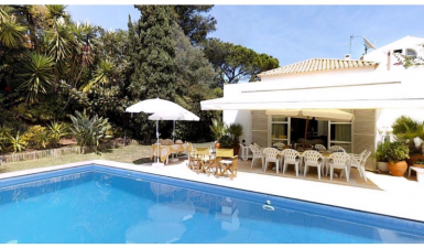 House T5 in Bairro do Rosario in Cascais with pool and garage.